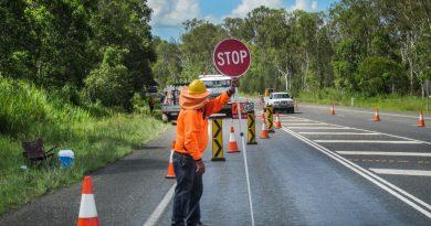Mann beim Verkehr regeln